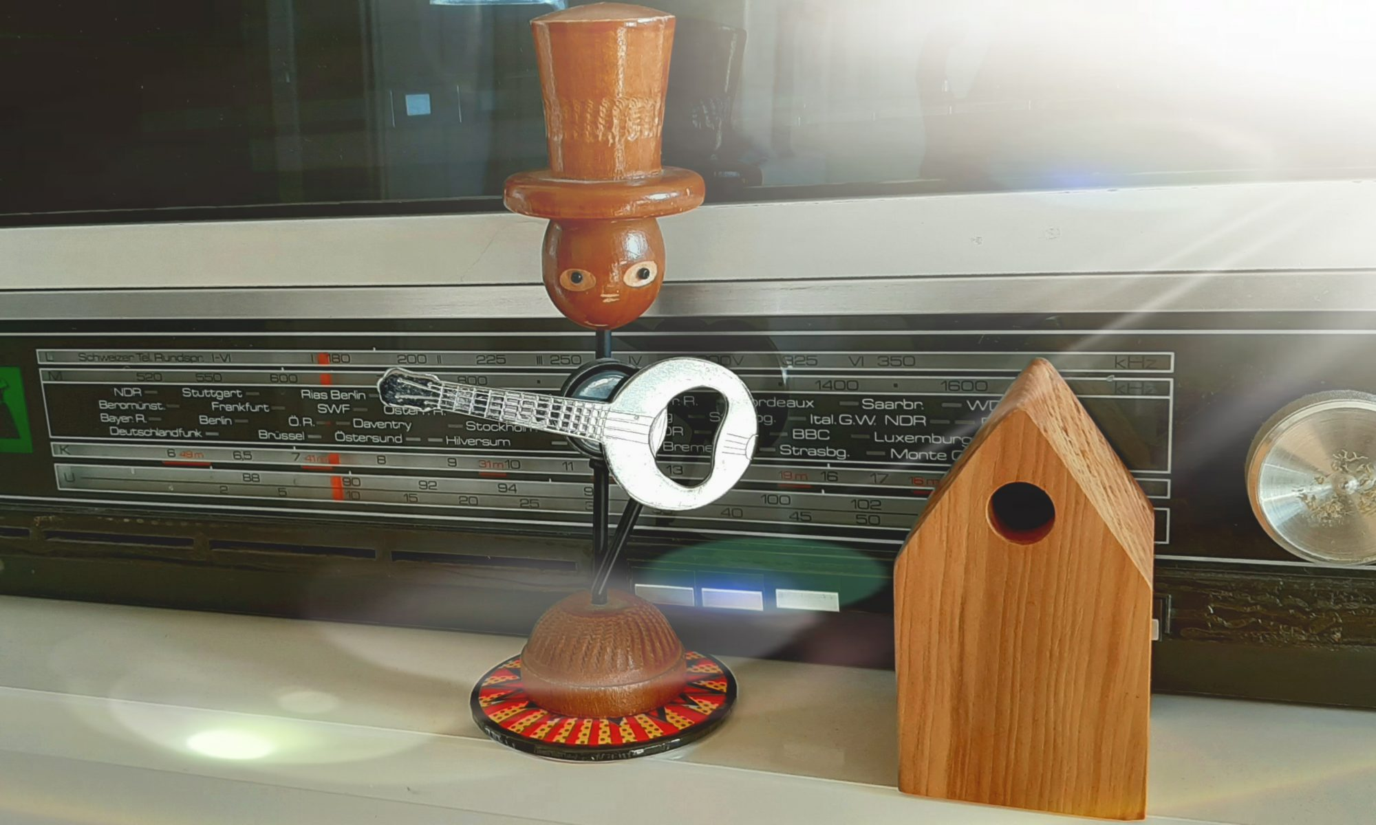 Holzfigur, Gitarre, Mann, Radio, Haus